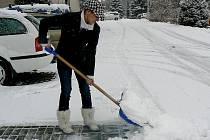 S vydatnou sněhovou nadílkou se včera potýkala v Polici nad Metují řada lidí.