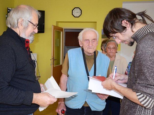 ANTONÍN JENKA, nejstarší muž náchodského domova důchodců, přišel i k mimořádným volbám.