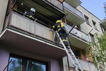 Zřejmě nedbalost stála za požárem, k němuž došlo v sobotu v podvečer na balkóně v bytovém domě v Náchodě. Od zapálené svíčky začala hořet dřevěná podlaha.