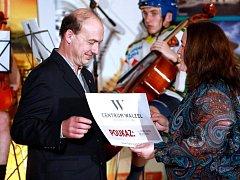 HVĚZDOU čtenářů Náchodského deníku se stal motocyklový závodník Miloš Thér. Ten převzal od Reginy Hellové, vedoucí redaktorky Náchodského deníku, cenu, kterou vítězi čtenářské ankety věnovala společnost Centrum Walzel.