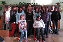 KOLEKTIV TŘÍDY 8.A. Tito žáci nechali své radní propadnout. Nelíbí se jim např. to, že místo nových tabulí do tříd koupilo město nové lavičky.
