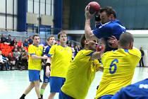 DOMÁCÍ házenkář Michal Nosil se snaží prosadit proti dvorské přesile. V prestižním derby nakonec Náchod zaslouženě vyhrál o deset branek.