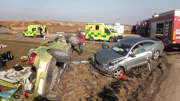 Vážná nehoda dvou osobních aut u Předměřic nad Labem omezila v neděli dopoledne dopravu na hlavním silničním tahu z Hradce Králové do Jaroměře.