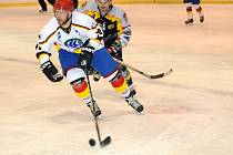Ve středu 2. února si mohou zajistit krajské finále hokejisté Hronova (v bílém) i Nového Města nad Metují.