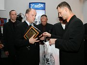 Největšího aplausu zaplněného sálu se dostalo trojici žijících legend krajského fotbalu ve složení: zleva Zdislav Kerner, Josef Souček starší a Karel Grulich.
