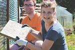 """KAŽDÝ DEN se mladí dobrovolníci vydávají na takzvané """"joby"""" dobrovolnou pomoc místním obyvatelům i obcím."""