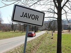 Místo činu. Přibližně 50 metrů od cedule Javor došlo k incidentu, který útočník zaplatil životem. Policejní komisař odložil podezření ze spáchání zločinu vraždy, kterého se měl dopustit  taxikář, jenž se střelnou zbraaní bránil útočníkovi.