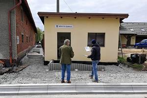 Žernovští i turisté se brzy dočkají nového chodníku.