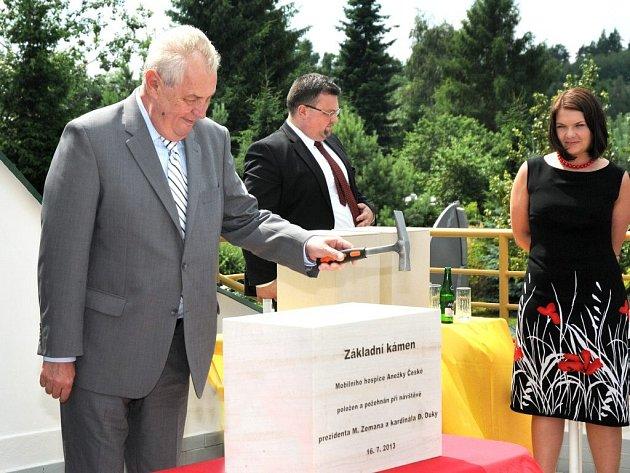 PREZIDENT Miloš Zeman, kardinál Dominik Duka a ředitel červenokostelecké Oblastní charity Miroslav Wajsar poklepali základní kámen nové budovy, která bude sloužit mobilnímu hospici.