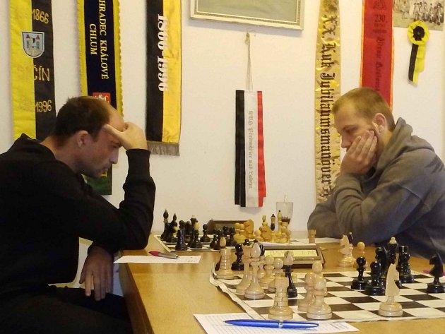 MOMENTKA z vítězného utkání českoskalických šachistů na domácích šachovnicích proti Třebechovicím.
