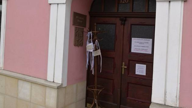 Před červenokosteleckou radnicí stojí rouškovník.