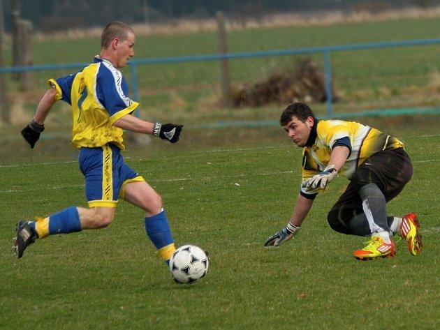Novoměstský útočník Paďour obchází brankáře Raka a dává čtvrtý gól.
