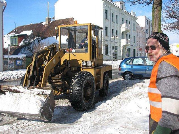 Kalamitní stav byl vyhlášen v Novém Městě nad Metují, Náchodě a Jaroměři. Fotografie z odklízení sněhu v Novém Městě nad Metují.