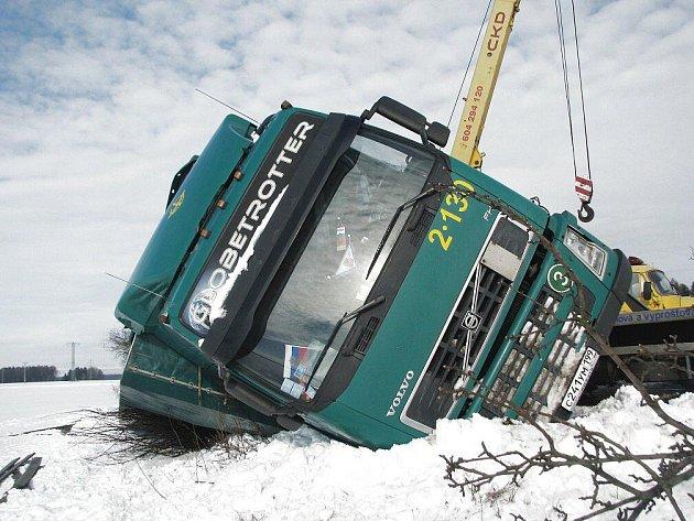 Kamion s ruskou značkou skončil ve středu 2. února odpoledne v příkopě silnice mezi Dobruškou a Novým Městem nad Metují.