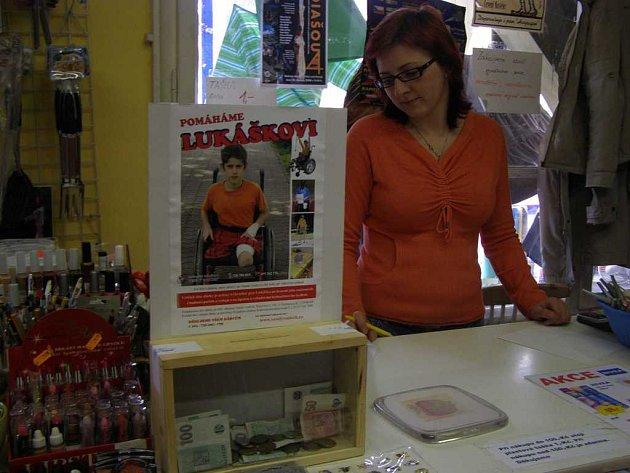Jedna z pokladniček, do níž mohou lidé přispívat na pomoc hendikepovanému Lukáškovi, je umístěna také v prodejně Skrblíkův ráj na Masarykově náměstí v Polici nad Metují.