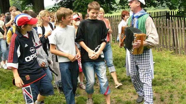 Krajánek s písničkou vede návštěvníky do mlýna.