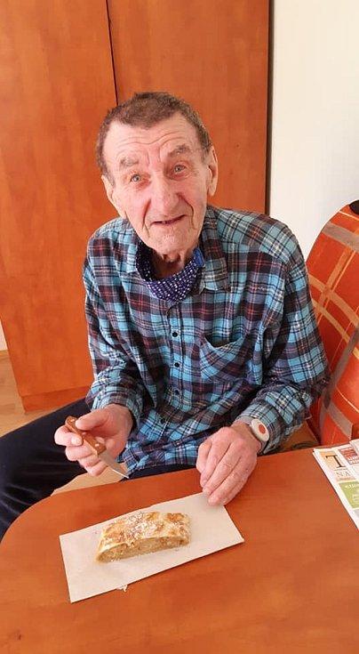 Štrúdl na podporu jabloně pekli i klienti domova pro seniory v Pelhřimově.