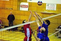 Dvojice  hronovských hráčů Ševců – Pelda se snaží přetlačit nad sítí ústecký útok.