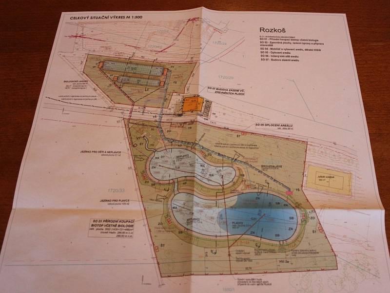 BIOTOPOVÁ JEZÍRKA zajistí čistou vodu ke koupání a podpoří tak zájem k rekreaci u přehrady. Jejich výstavba se bude realizovat už v letošním roce. Česká Skalice si zažádala na kraj i o dotaci. Hejtman je projektu nakloněn.
