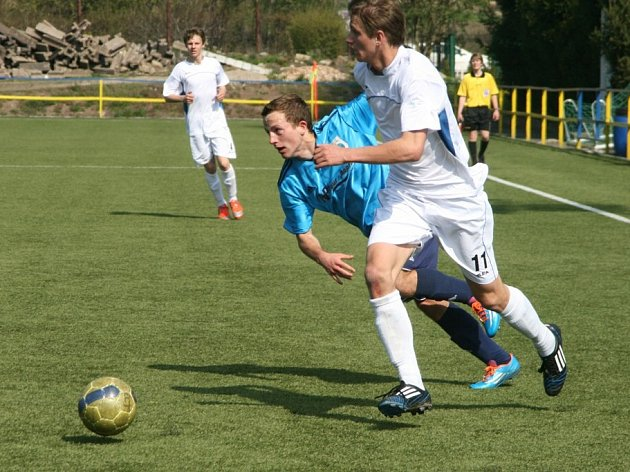 ÁČKOVÝ náchodský dorost (v bílém) v České lize U19 doma pouze remizoval s Novým Bydžovem 1:1.