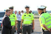POLICEJNÍ PREZIDENT Martin Červíček (zcela vlevo) se pozdravil s posádkami aut, které pronásledovaly piráty.