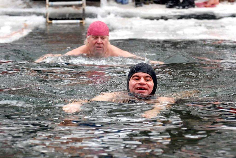 V mrazivé vodě řeky Metuje si v sobotu odpoledne dali dostaveníčko otužilci. S chutí si zaplavali v v bazénu, který museli do ledu  před setkáním vyřezat pořadatelé.
