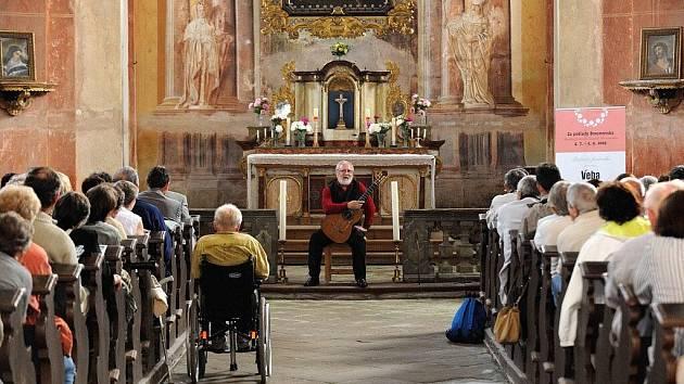 Festival Za poklady Broumovska začal minulou sobotu v zaplněném kostele sv. Anny ve Vižňově, kde si posluchači vyslechli recitál kytaristy Štěpána Raka.