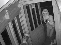 Policie hledá ženu či muže ze snímku