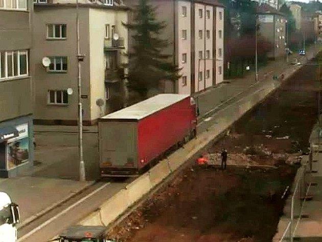 Kamion bez nafty uvízl na Pražské