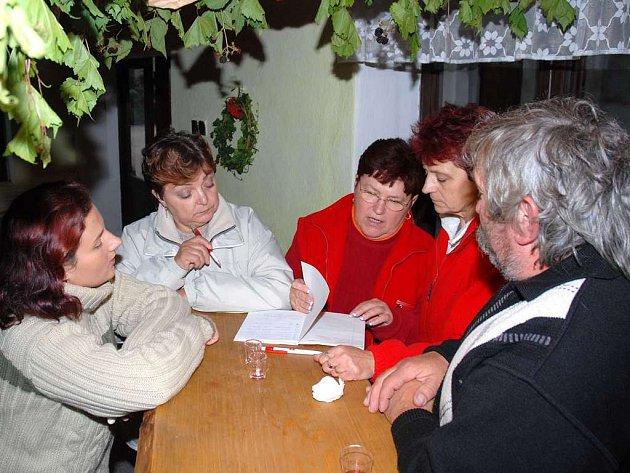 Přihlášené vzorky domácích vín, likérů a destilátů při Velkojesenickém čuču hodnotila pětičlenná porota.