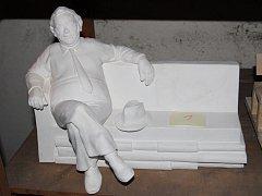 VÍTĚZNÝ NÁVRH lavičky Josefa Škvoreckého od sochaře Josefa Faltuse ze Záryb.