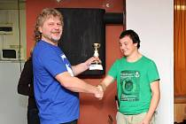 David Mach (Aeroklub Hronov) přebírá pohár. Ilustrační fotografie.