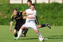 DVA BODY doma v neděli ztratili fotbalisté Police nad Metují (v bílém), kteří uhráli s Kratonohy remízu 2:2.