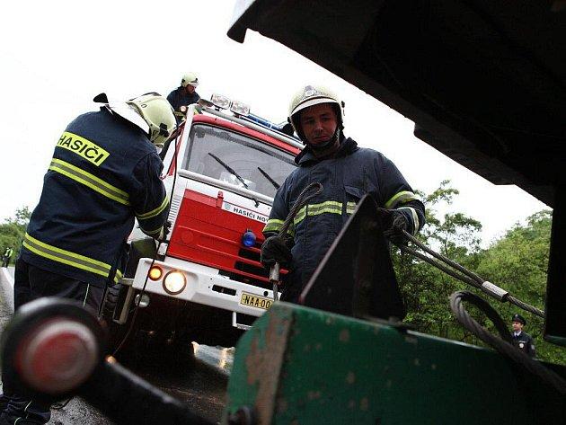 Hasiči vyprostili vzpříčený zahraniční kamion.