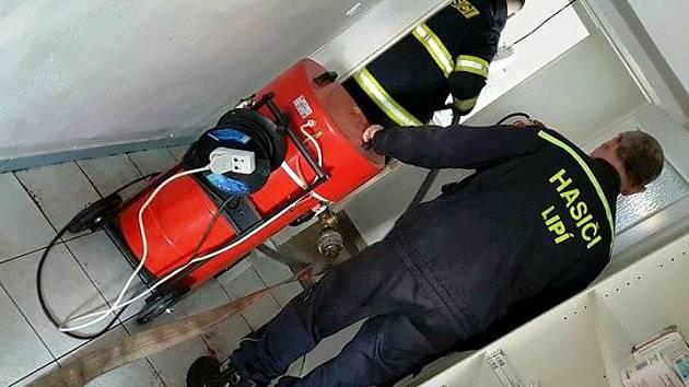 Vodovodní havárie v polické lékárně. Hasiči odčerpali vodu