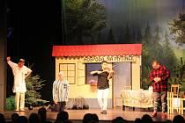 Malou přehlídku amatérského divadla zahájí v divadle na nádraží představením známé hry Hospoda Na mýtince v podání divadelního souboru Jirásek z Nového Bydžova.