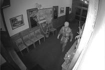 Zloděj ukradl sportovní luk, peníze i kovbojský klobouk.