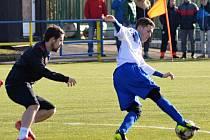 JEDINÝM střelcem utkání mezi Náchodem a Motorletem byl ve 40. minutě zápasu domácí Patrik Simon (u míče).