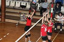 Náchodská hráčka Jitka Posejpalová se snaží technickým úderem vyzrát na dvojblok Jilemnice.