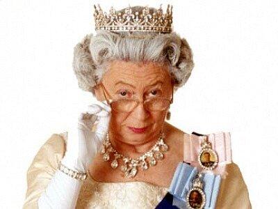 Mary Reynolds je téměř dokonalou anglickou královnou, na první pohled k nerozeznání podobná.
