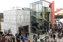 NA OTEVŘENÍ hotelu Rajská zahrada přišly stovky lidí. Zahájilo se valčíkem. Návštěvníci pak spatřili terasy na skalnatém ostrohu i interiéry hotelu včetně prosklených stěn restaurace.