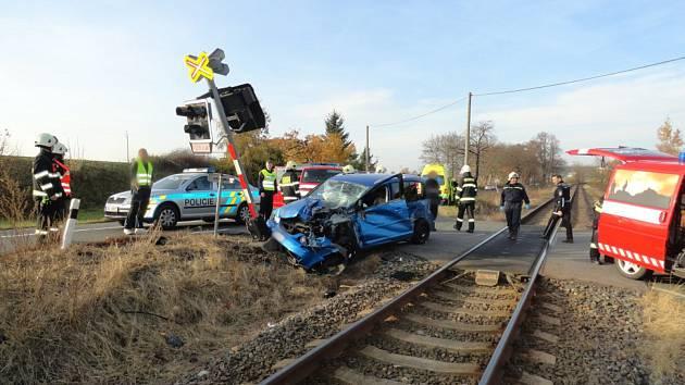 Vlak odmrštil vůz do výstražného zařízení.