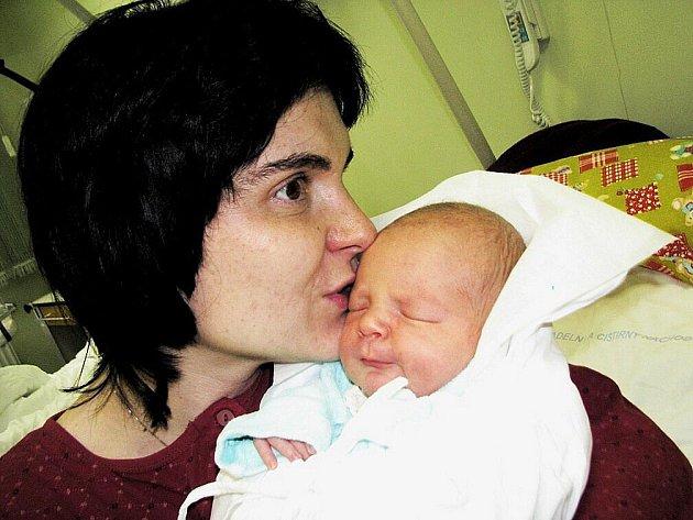 PETR KOZEL se narodil 29. 12. 2009 v 9.21 hod. s délkou 51 cm a váhou 3505 g. S rodiči Dorotou a Vladimírem, a také se sestřičkami Doubravkou (4,5) a Maruškou (2,5) má domov ve Slatině nad Úpou.
