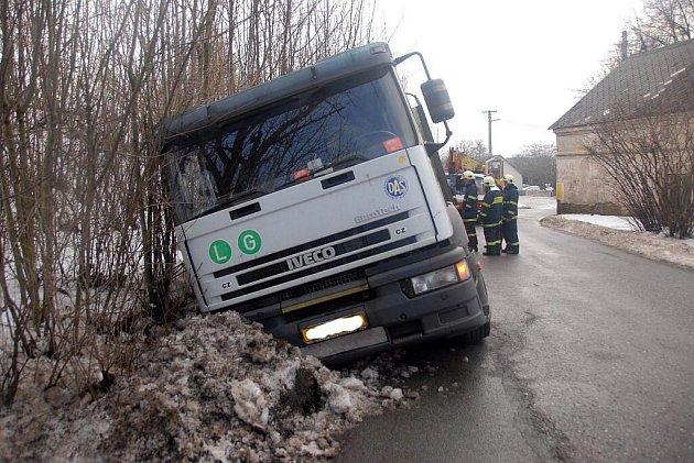 Kamion zapadl do škarpy na silnici mezi Vrchovinami a Šonovem- Provodovem.