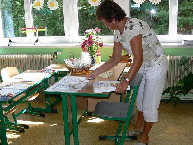 ZÁKLADNÍ ŠKOLA T.G. MASARYKA  v Náchodě  se na žáky připravovala po celý uplynulý týden.  Například učitelka Ivana Maršíková chystala třídu  a pomůcky pro prvňáčky.