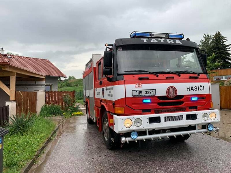 Jednotka hasičů vyjela na pomoc s čerpáním zatopených sklepů v obcích Holohlavy a Smiřice.