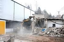 Demolice kabin hronovského zimního stadionu.