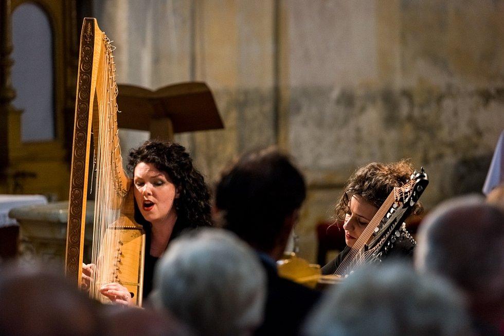 Italská loutnistka Ilaria Fantin a pražská harfenistka Kateřina Ghannudi vystoupily s originálním repertoárem staré hudby z oblasti Středozemního moře. Lidové melodie a písně zněly teplickým kostelem a k velkému závěrečnému potlesku přiměly téměř 374 návš