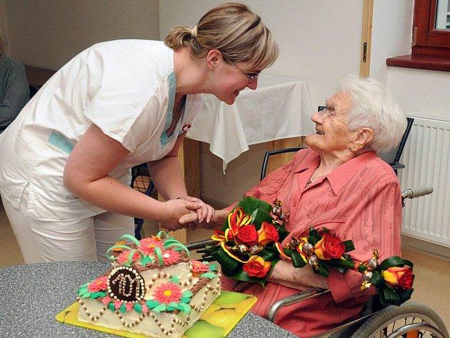 Své 101. narozeniny oslavila plna elánu a optimismu, se svými spolubydlícími a personálem, nejstarší obyvatelka hronovského Domova odpočinku ve stáří Justynka paní Věnceslava Kejzlarová.