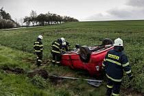 Řidič narazil do značky, auto skončilo na střeše